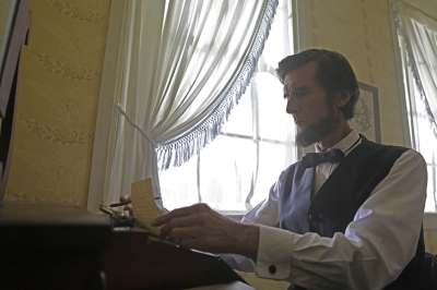 Lincoln-writing-the-Gettysburg-address-at-David-Wills-house